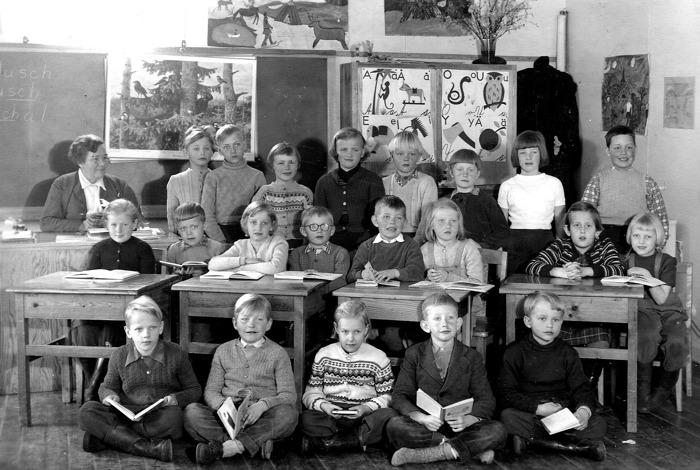 Klass 1 och 2, Varnhems församlingshem, Tyra Andersson, lärare, 1956. Bakre raden fr v; Bengt Karlsson, Sven Karlsson, Barbro Carlsson, Katarina Hellner, Anders Andersson, Börje Johansson, Margit LIndh och Krister Malm. Mittenraden fr v; Karin Lindahl, Mats Karlsson, Lisbet Torstensson, Stig Andersson, Karl-Erik Holmberg, Sofia Karlsson, Else-Marie Haakon och margit Bjurklo. Främre raden fr v; Jan Johansson, Rune Gustavsson, Kerstin Lann, Lars-Erik Jarnevald och Kent Nohlberg.