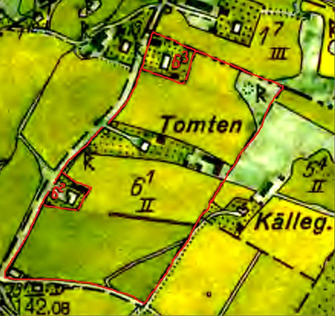 Lantmäteriet Historiska Kartor. Tomtens tilldelade gränser 1846 i Laga skiftet samt därifrån avstyckade delar markerade med rött. Missionshuset uppfört 1894  syns också på Tomtens mark längst ner vä.