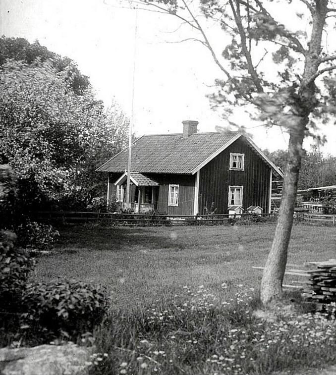 Bild från Förbergs samling via Astrid Blomqvist, Tomten, 2015. Broddetorpsvägen i förgrunden utanför bild går snett vänster lite uppåt utanför bilden. Fotografen står troligen på kanten till vägen.