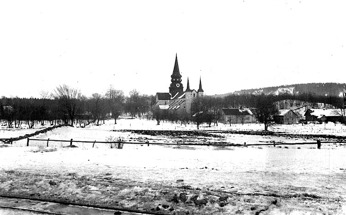 Varnhems kyrka med kyrkstigen t v 1924 - foto från stationsområdet