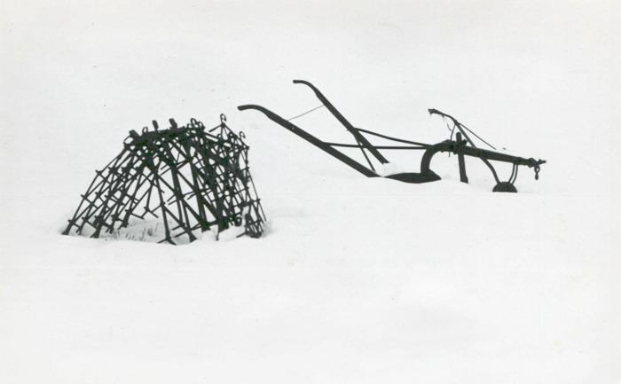 Bild från Carl Arvid Tell. Utanför smedjan väntade några jordbruksredskap på att tas om hand. Foto Krister Hallgard 1976. Insatt av kent Friman, efter fotokväll 2015-09-17
