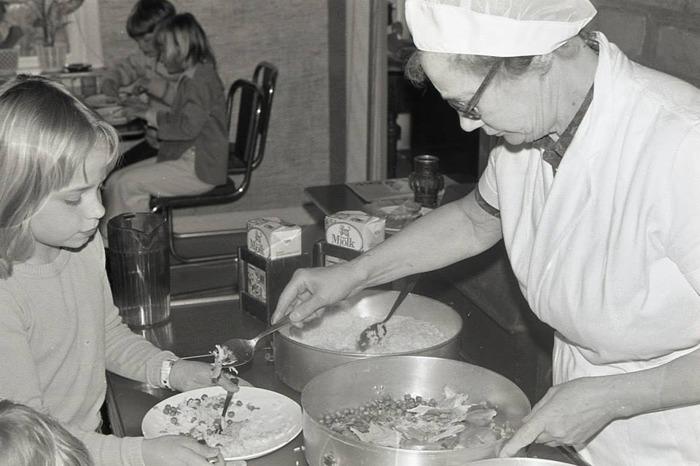 Bild från Gudrun Ramviken - foto Bo Ramviken. Edith Pettersson delar ut mat i sin skolbespisning i Caféet 1976. Insatt av Kent Friman, 2015-09-18