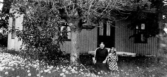 Jämförelsefoto 1916 gamla renoverade huset -Foto ur Ingegerd Hermansson album 2016
