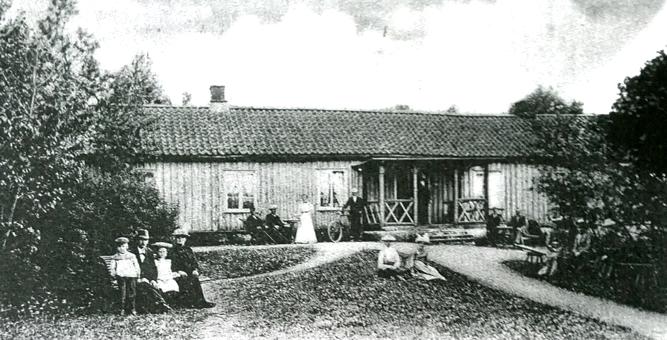 Foto bostadshuset av Ludwig Ericson 1904 av Himmelskällan. Urklipp i Fernando & Marias historeisamling, 2015