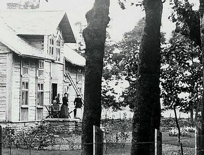 Detlj av foto från Skarke-Varnhems Hembygdsförenings digitala arkiv. Borregårdens gamla mangårdsbyggnad renoveras av Gustafsson.
