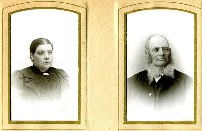 Foto taget 1905 från Kerstin och Bror Antbäck, Björsgården, Varnhem, 2015. Makarna Anna Maria & Anders Jansson