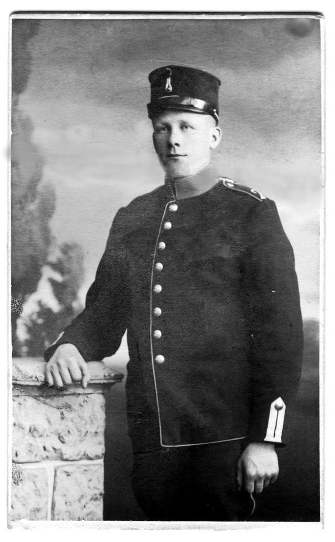 Från Skarke-Varnhems Hembygdsförenings Digitala Arkiv; Dräng Anders Olof Rhodin, f. Öglunda 8/4 1896 - här under militärtjänst