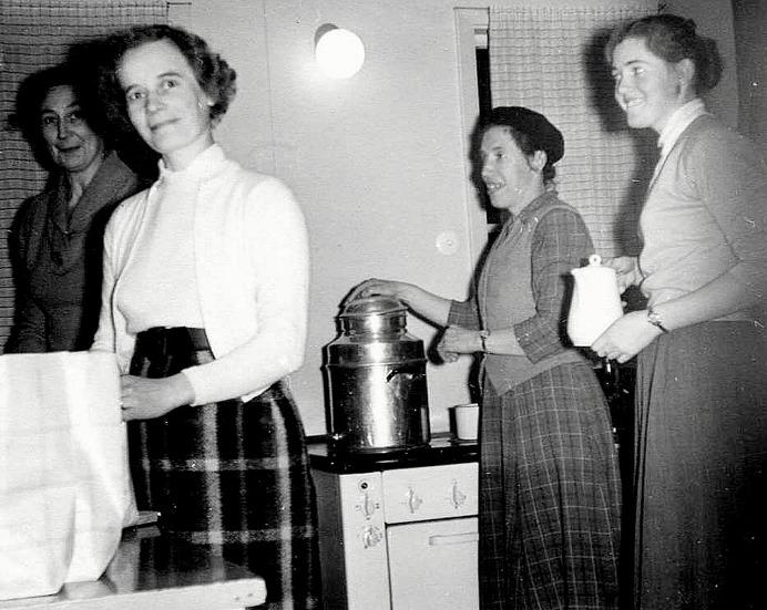 Maja Persson, Britta Blomqvist, Herta och Kerstin Lindh. Kaffekokningsteam i församlingshemmet under 1950-60-talet. Hämtat från Skarke-Varnhems Hembygdsförenings Digitala Arkiv.