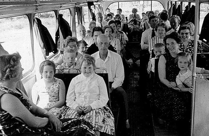 SÖNDAGSSKOLEUTFLYKT TILL SKAGA 1965. Fr vä sittplats för sittplats bakåt; Maja Persson, Simmesgården, Lena Palm, Berit Strömberg, Björsgården 2, makarna Ingrid och Erik Holmberg med Lars i knät, ?, ?, Bertil Persson, Högtuna Överbo, HERTA LINDH, Simmesgården, Inez och Kent Friman, Lillhem, ?, - bak i bussen svårt att se, 3:e sätet framifrån hö; AXEL LINDH, Björsgården, John Hellner, Lilla ULunda, fru Palm och framför Börje och Edit Andersson, Fiskaregården och längst fram Margareta och Ingrid Karlsson, Skolan. Hämtat från Skarke-Varnhems Hembygdsförenings Digitala Arkiv.
