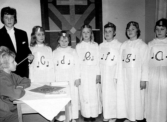 JULFEST I SÖNDAGSSKOLAN 1962; Fr vä; Margita Bjurklo, Prästgården, Margit Lindh, Björsgården, Ingegerd Haraldsson, Simmesgården, Berit Strömberg, Björsgården 2, Ulla Lann, Lindåkra, Lisbeth Andersson, Fiskaregården, Kerstin Hellner, Lilla Ulunda och Margit Karlsson, Solhem. Hämtat från Skarke-Varnhems Hembygdsförenings Digitala Arkiv.