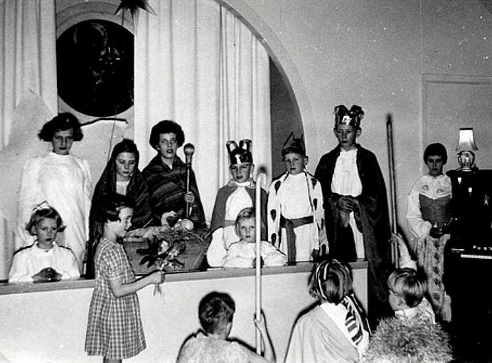 JULFEST SÖNDAGSSKOLAN 1955; Bak stående från vänster; Kerstin Lann, Lindåkra, Margareta Nilsson, Mossen, Berit Stenberg, St Ulunda, Birgitta Berner, Fogdegården, Per Haraldsson, Simmesgården, (framför) Margita Bjurklo, Prästgården, Ulf Olsson, Stationen, BENGT LINDH Björsgården och KERSTIN LINDH, Björsgården. ............ Flickan med julrosorna Karin Karlsson, Solhem. På knä från vänster; Åke Haraldsson, Simmesgården, Katarina Hellner, Lilla Ulunda och Rune Gustafsson, Sörgården
