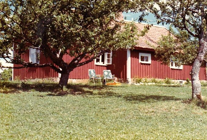 En sommarbild som  visar huset före tillbyggnaden.