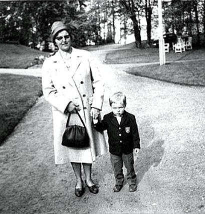 Edith Andersson med sonen Börje, Fiskaregården 1962 - ur Skarke-Varnhems Hembygdsförenings Digitala Arkiv, Söndagsskolan