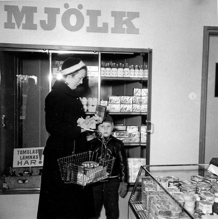 A. 21 (6) Inga och sonen Ove Rydén, Hasselbacken i Konsum på 1960-talet. Bild från Ove Rydén 2016. Insatt av Kent Friman, 2016-11-27