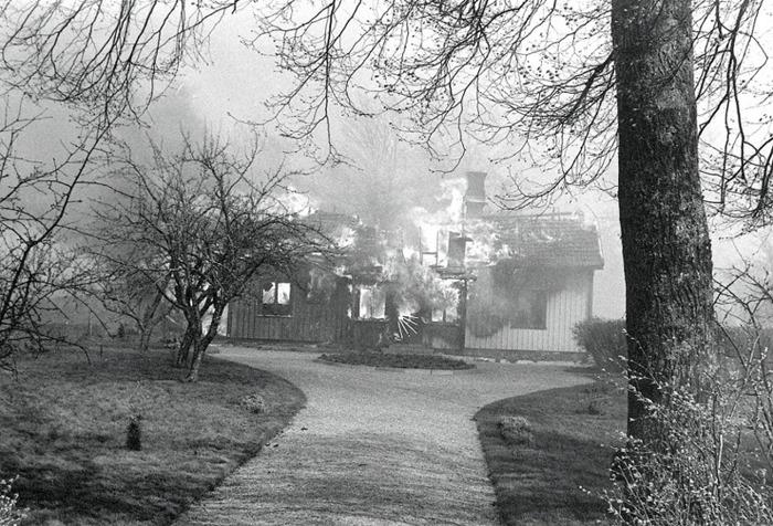"""I. 11 Endast digitla bild! Ulfsgården brinner i Varnhemsbranden 1979. Mangårdsbyggnaden på Ulfsgården är övertänd. Tillhörande ladugård och uthus är redan nedbrunna. Här fanns tidigare Taxi Varnhem med """"Gunnar i Ulfsgården"""" som taxiägare och förare under 1920 - 1950-tal. Insatt av Kent Friman, 2014-02-24. Läs mer på www.saj-banan.se!"""