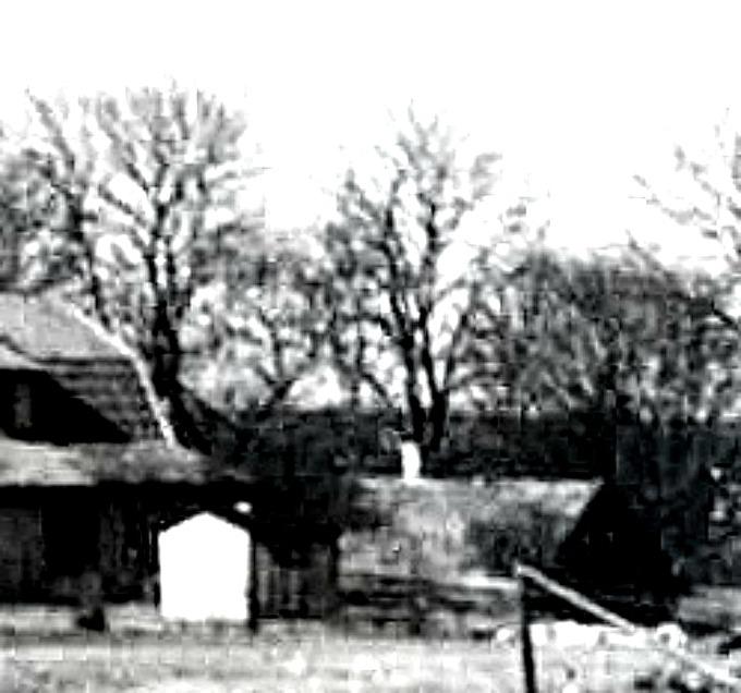 Bild från Sam Peinert via Facebook 2017. Det äldre huset från 1860-talet syns på bilden till höger om det nyare bostadshuset.