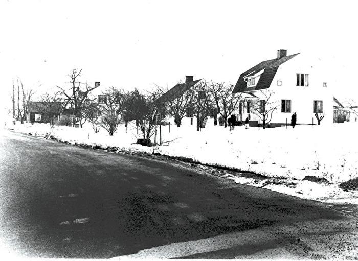 Gamla Landsvägen till Skövde med Holmedal i förgrunden av husraddan söder om vägen. Foto Bo Ramviken. Bild från Gudrun Ramviken, Sörgården, Varnhem, 2014. Insatt av Kent Friman, 2014-04-27