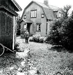 Ur SAJ; När Roland från Skara kom till Varnhem 1949 som tågklarerare och postbiträde bodde han inneboende hos Jenny Berg, Dalhem, Varnhem. På bilden Otto Gustafsson som bodde i lilla stugan vid Dalhem