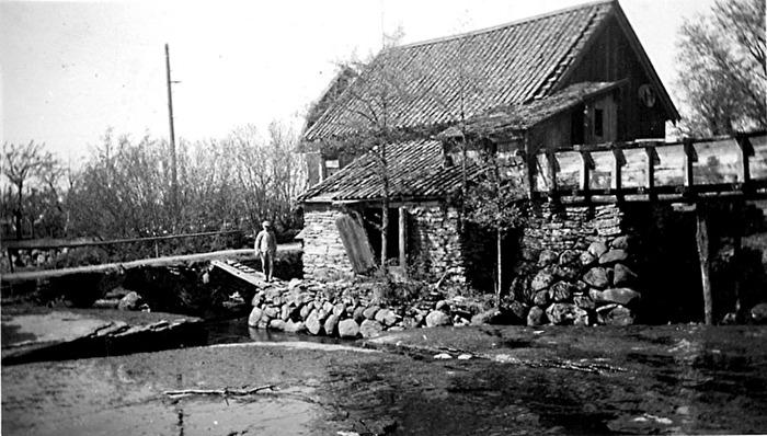 Bille kvarn från bäcksidan (söder), Varnhem. Otto Gustavsson. Insatt av Kent Friman, 2014-02-17. Läs mer på www.ljungstorpshistoria.se - under A. 8 a Pickabacken!