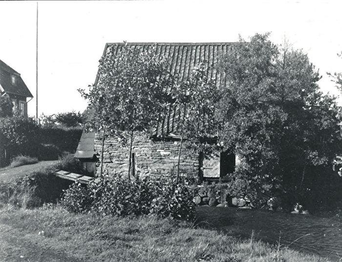 Bille Kvarn rakt söder ifrån med del av bostadshuset till vänster. Foto Nils Lann, 1930. Insatt av Kent Friman, 2014-02-17. Läs mer på www.ljungstorpshistoria.se - under A. 8 a Pickabacken!