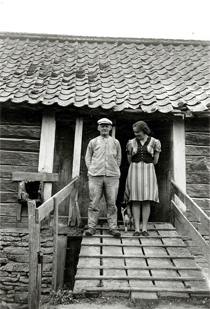 Mjölnaren Otto Gustafsson, född 1875 och sonhustrun Inga-Britt vid Bille Kvarn i Varnhem. Insatt av Kent Friman, 2014-02-17. Läs mer på www.ljungstorpshistoria.se - under A. 8 a Pickabacken!