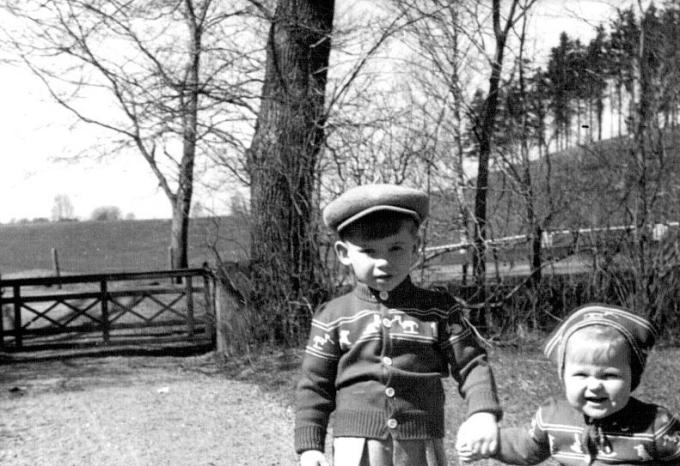 Barnen och de vackra grindarna. Bild från Fiskaregårdens samling.