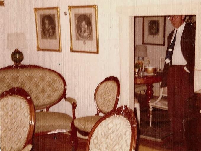 Salongen 1995 med den gamla låga dörröppningen med Paul. Från Anita Heymans, född Hermansson, fotosamling, 2017