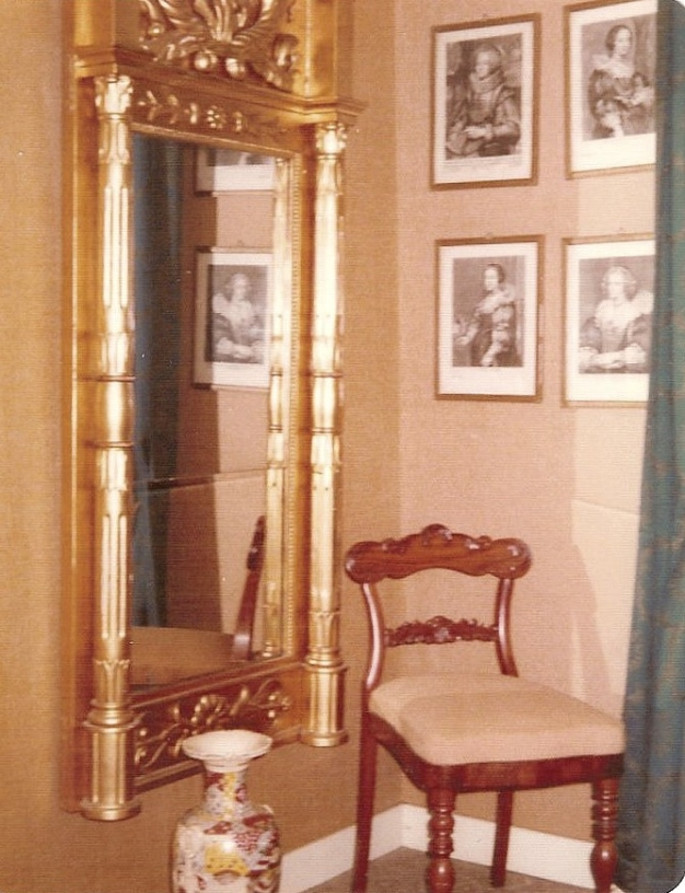 Stora spegeln i hallen 1973.  Från Anita Heymans, född Hermansson, fotosamling, 2017