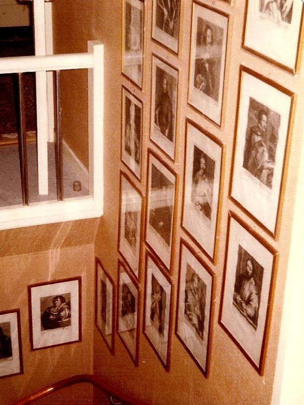Tavlor i trappan.  Från Anita Heymans, född Hermansson, fotosamling, 2017