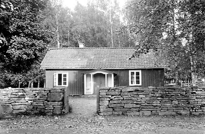 Småskolan vid Varnhems klosterkyrka.  Foto: S. Welin 29/8 1924. Digitalt Mueum.