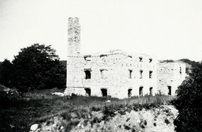 Från Digitala arkivet: A. 30 (2) Ulunda kvarn runt 1930. Ruinen av Ulunda kvarn. Kvarnen byggdes i slutet av 1800-talet och ägdes av Johan August Jungner. Här framställdes havregryn bland annat. Kvarnen drevs med vattenturbin med vid liten vattentillgång användes ångkraft. Ångpannan eldades med skiffer i två tolvtimmarskift. Kvarnen brann ner 1923. Insatt av Kent Friman, 2014-02-24.