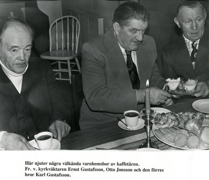 Kyrkvaktmästaren Ernst Gustafsson, Otto Jonsson och Karl Gustafsson. Foto Bo Ramviken. Bild från Gudrun Ramviken, Sörgården, Varnhem, 2014