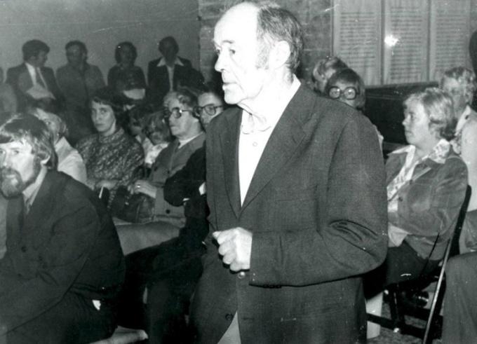 Kyrkväktare Ernst Gustafsson rör sig genom publiken med Stig Cannmo sittande längst till vänster och Ing-Britt Holm till höger. Foto Bo Ramviken. Bild från Gudrun Ramviken, Sörgården, Varnhem, 2014