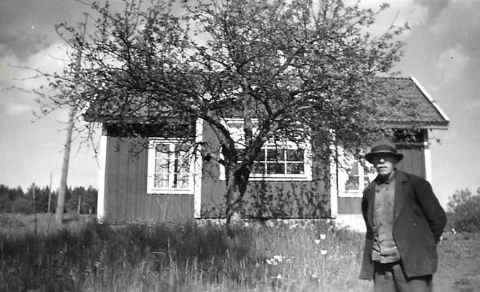 Här poserar lantbrukaren Karl Johan Johansson, född i Varnhem 1883-05-26, framför verandan på KLefvens såg på 1950-talet. Han bodde här med hustrun Anna Emilia Johansson f Andersson, född i Östra Gerum 1889-09-05 - gift 1924-05-02. De båda bor kvar även vid mantalsskrivningen 1960.  Formalia; Karl Johan Johansson, född i Varnhem 1883-05-26, änkling 5/11 1962 - död här 5/6 1966 Anna Emilia Johansson, född Andersson i Östra Gerum 1889-09-05, gift 2/5 1924 - död här 5/11 1962