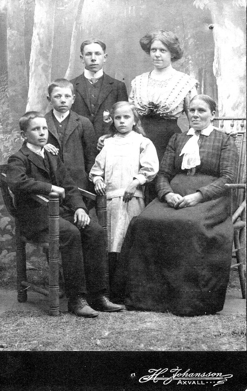 Familjen Märta Nilsson - bild från dotterdottern Anna-Karin Karlsson, 2018-07-09