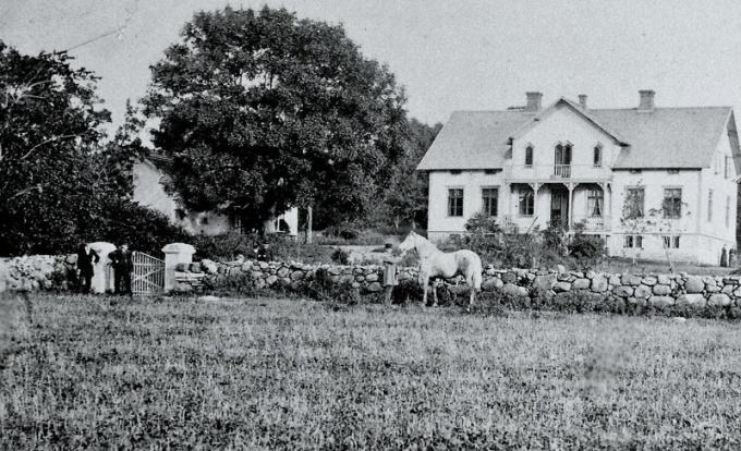 Från digitala arkivet; A. 4 (1) Vid en förstoring av fotot kan man se att mangårdshuset till Stora Ulunda nyligen har ombyggts och trädgårdens träd ser relativt nyplanterade ut, liksom nylagd stenmur.  Fotot borde vara taget under 1880-talet.  Mannen som håller i hästen är troligen Pehr August Pettersson och han var son till en föregående ägare till Ulunda, Petter Andersson. Han var bosatt i Fiskaregården hos sin syster Märta Carlsdotter och svågern Jonas Andersson.Insatt av Kent Friman, 2014-02-17.