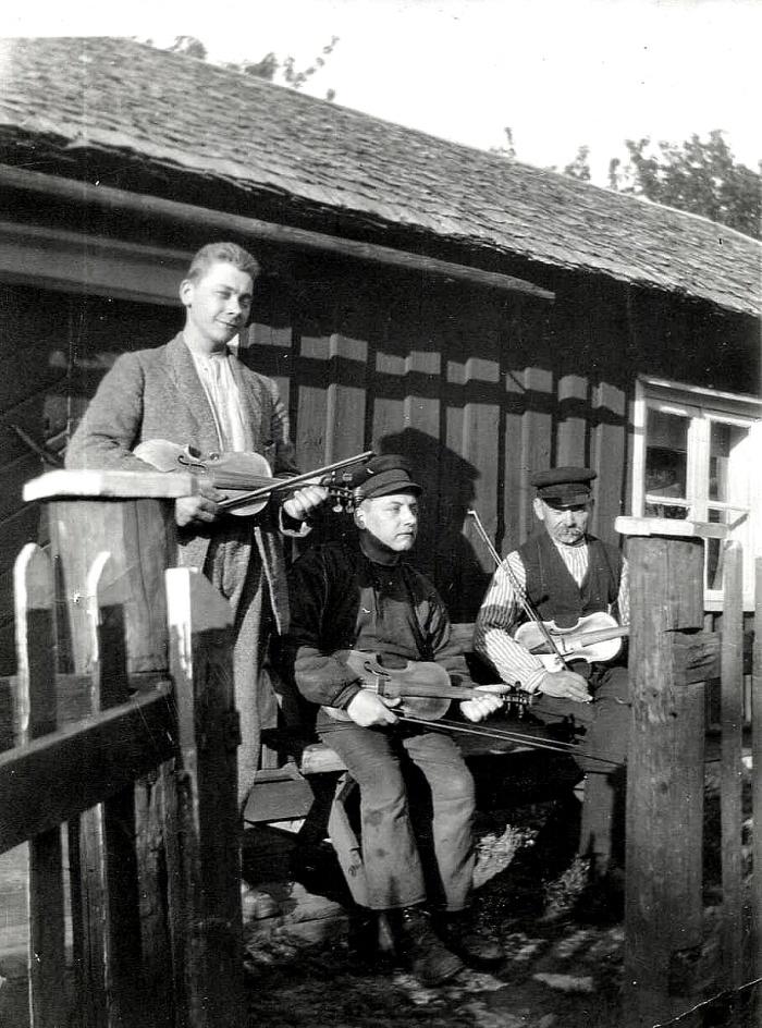 F. 7  (3) Einar Dahlberg sittande med brodern och fadern utanflör Fjället