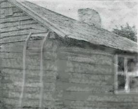 Gammalt ofodrat hus där mossa stoppades i springorna - huset är inte Prästgårdens byggnad
