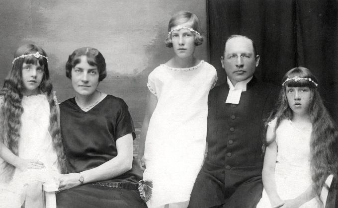 K. David Ahlner med familj 1920-tal. Foto från Lars Olof Larsson, Timmersdala, 2015