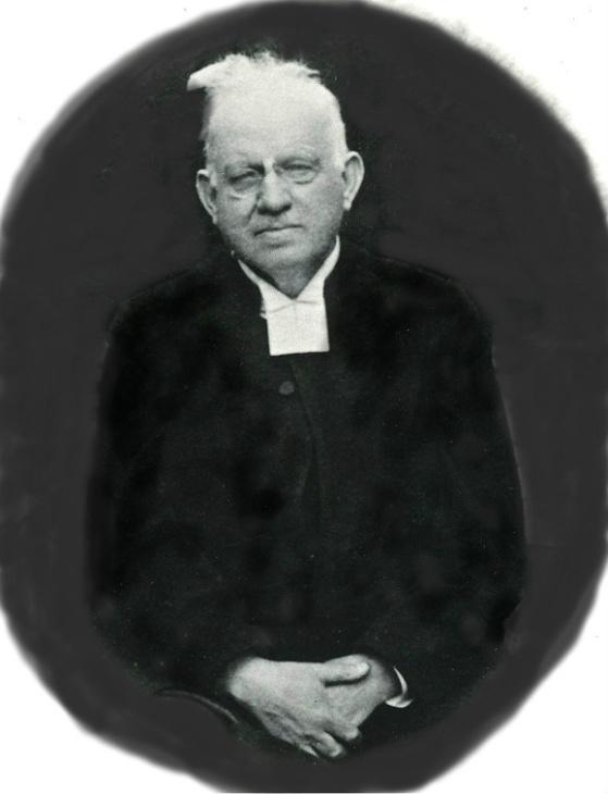 Prosten Karl David Ahlner, Varnhem. ur Biografisk matrikel över Skara stifts prästerskap. 1985, Född i Östra Gerum 1881 5/6, prästvigd i Skara 1908 15/6, tjänstgjort i Norra Vånga, Stora Mellby, Nårunga o Karlsborg, komminister i Ransberg 1910, kyrkoherde i Tived 1917, föreståndare för Johannesbergs anstalt 1925, utnämnd kyrkoherde i Varnhem 1929, tillträdde 1931, prost 1947, pensionerad 1952, död 1974 16/4, gift 1911 med Hulda Wener född 1885 död 1941. 4 barn. Karl David Ahlner dog i Fredhälla i Östra Gerum