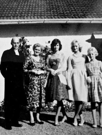 Bjurklo med familjen -Foto från Margita Bjurklos album, 2020