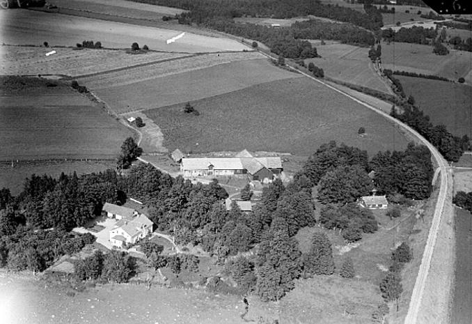 Flygfoto av Prästgården 1930-tal med den 1904 anlagda Skövde Axvalls Järnväg