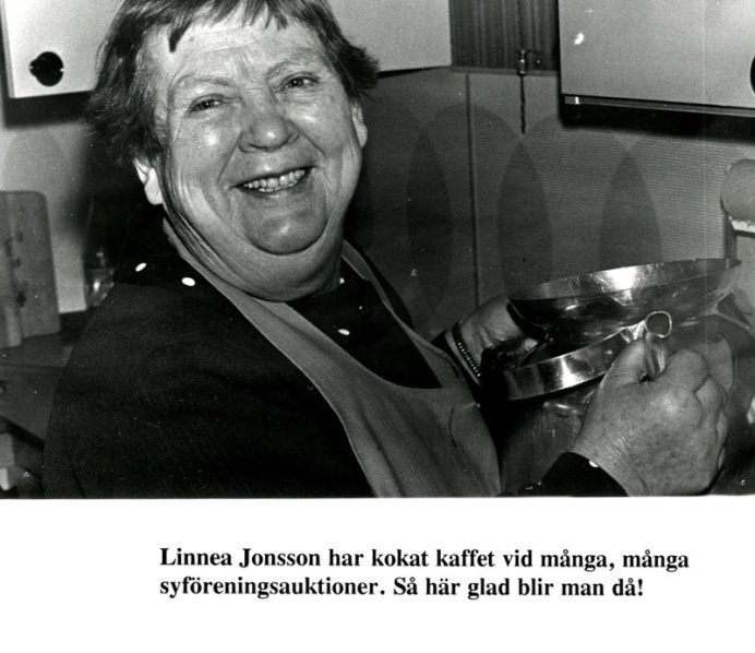 Linnea Jonsson alltid i köksregionerna vid olika tillställningar. Blanka stora kaffekannor kokar många koppar. Från Digitala Arkivet. Foto Bo Ramviken. Bild från Gudrun Ramviken, Sörgården, varnhem, 2014. Insatt av Kent Friman, 2014-04-27