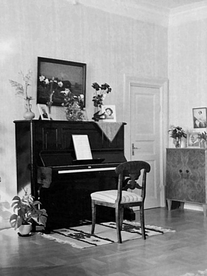 Salong med piano -Foto från Margita Bjurklos album, 2020