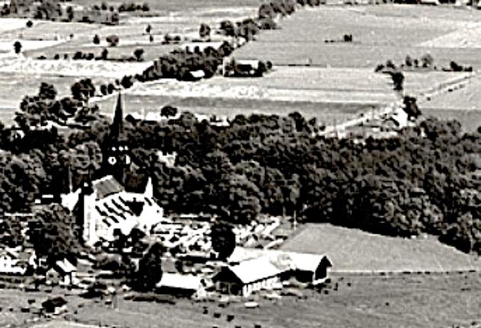En starkt förstorad del av ett vykort från luften taget i början av 1930-talet visar Smedsgården med sina gamla byggnader från 1866.