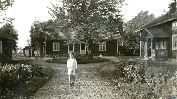 Borregården 1930-40-tal - okänd pojke (från Blombergs samling)