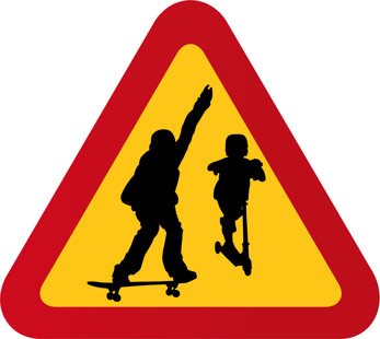 Aktiva barn med kickbike och skateboard