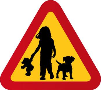 Flicka med nalle och liten hund