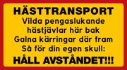 Dekal eller skylt: HÄSTTRANSPORT Vilda pengaslukande  hästjävlar här bak Galna kärringar där fram Så för din egen skull:  HÅLL AVSTÅNDET!!!