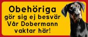 Skylt Dobermann med text: Obehöriga göre sig ej besvär